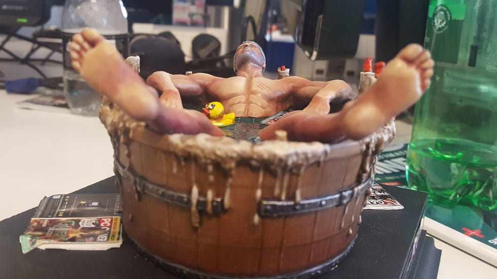 Samlarfiguren av Geralt i ett badkar finns på riktigt