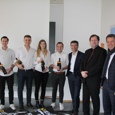 Could win the project development competition for themselves: The winning group from the course in Business Administration Construction and Real Estate with Professors Norbert Geiger (left) and Marcus Kollmann (right) and ep founder Winfried Keppler (far