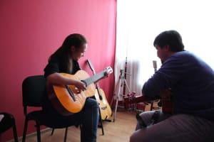 Как научиться играть на гитаре в Алматы