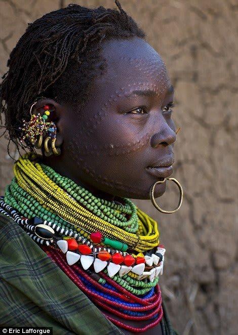 Escarificação de mulher da tribo Toposa