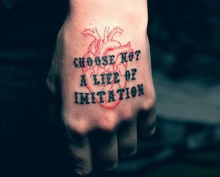 tatuagem-de-frase-nao-escolha-uma-vida-de-imitacao