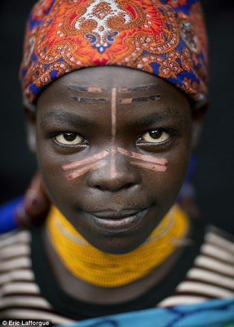 Wertykulacja u kobiet z plemienia Menit na twarzy