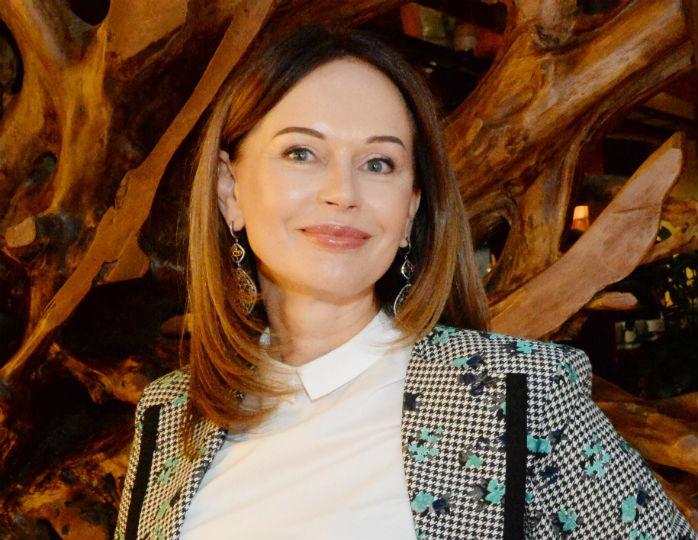 «Элегантный стиль»: 55-летняя Безрукова в ярком шифоновом платье подразнила стройными ногами