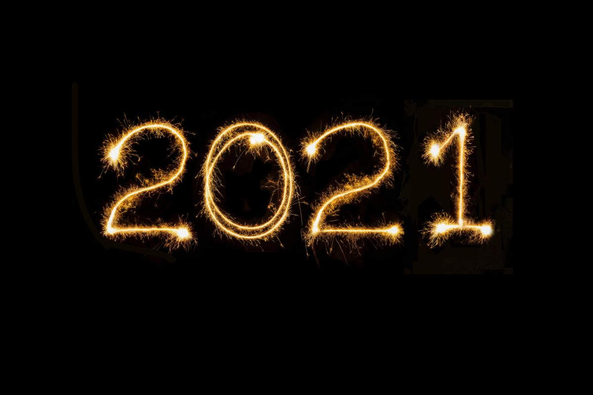 Sparkling light-painted '2021' against a pitch-black background.
