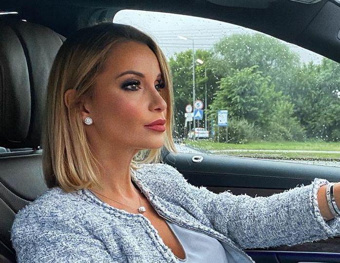 «Новые чувства украсили»: Орлова в «кофейном» платье с прозрачными рукавами позировала на работе