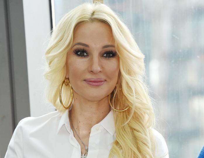 Лера Кудрявцева предстала в Останкино в джинсах-варенках и кислотных кроссовках