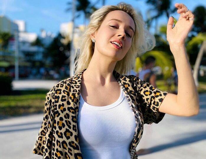 «Малышка на миллион»: Клава Кока отправилась на свидание в трендовой джинсовке с пестрыми джоггерами