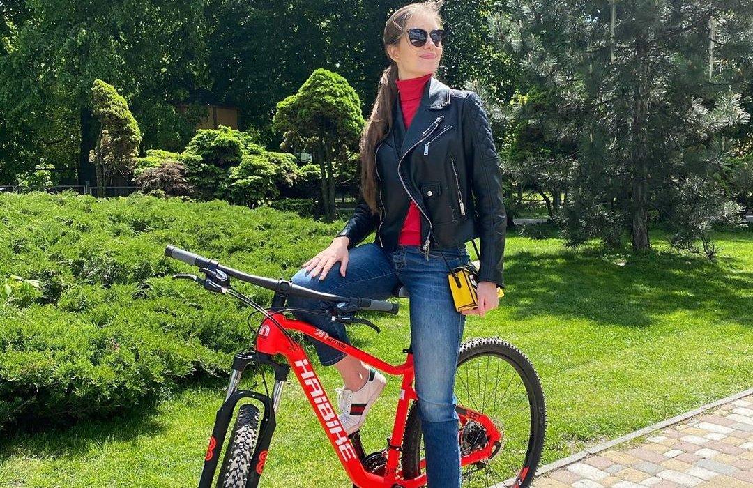 «Какие шикарные ноги»: жена Дмитрия Комарова показала красивое фото на велосипеде