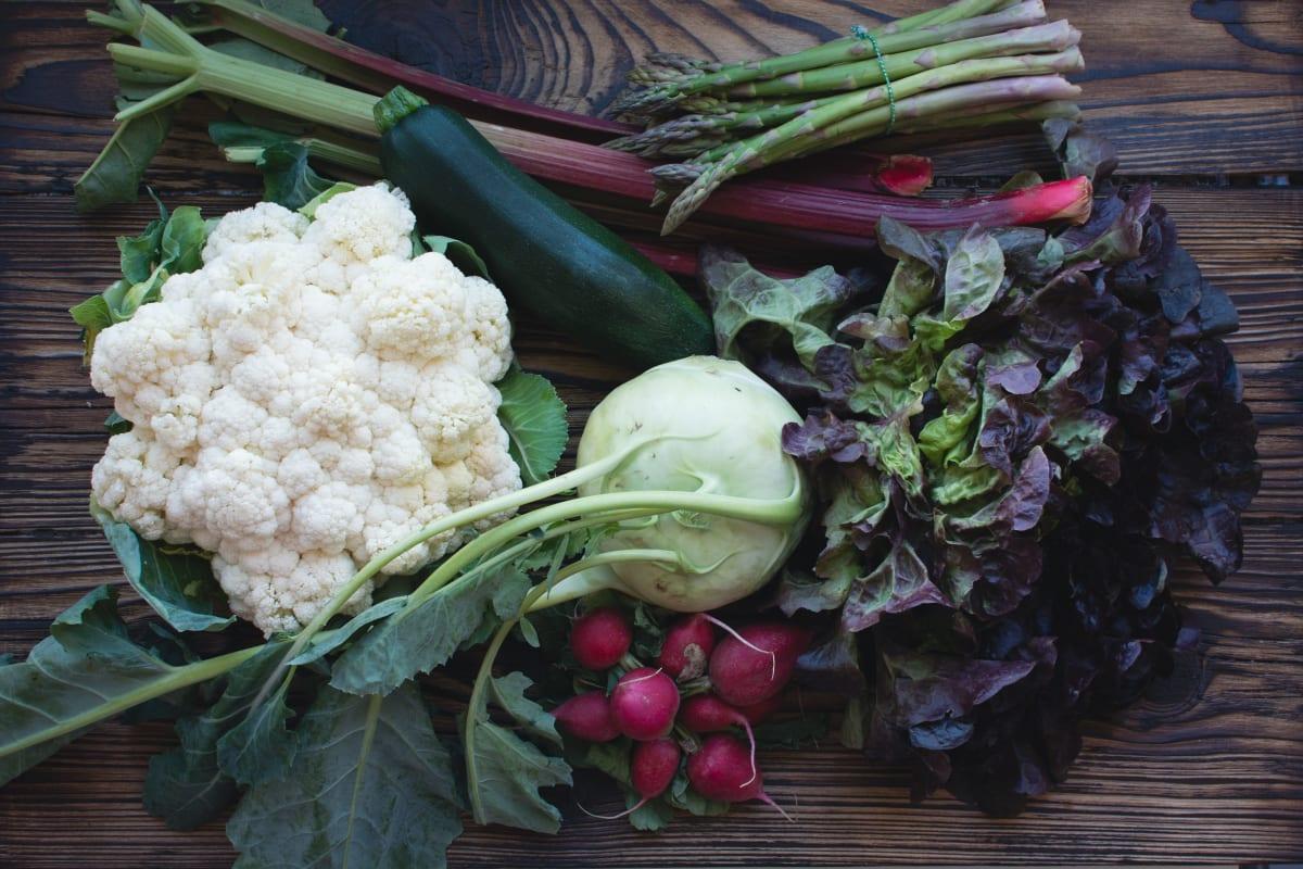 Zelenina na dřevěné desce.