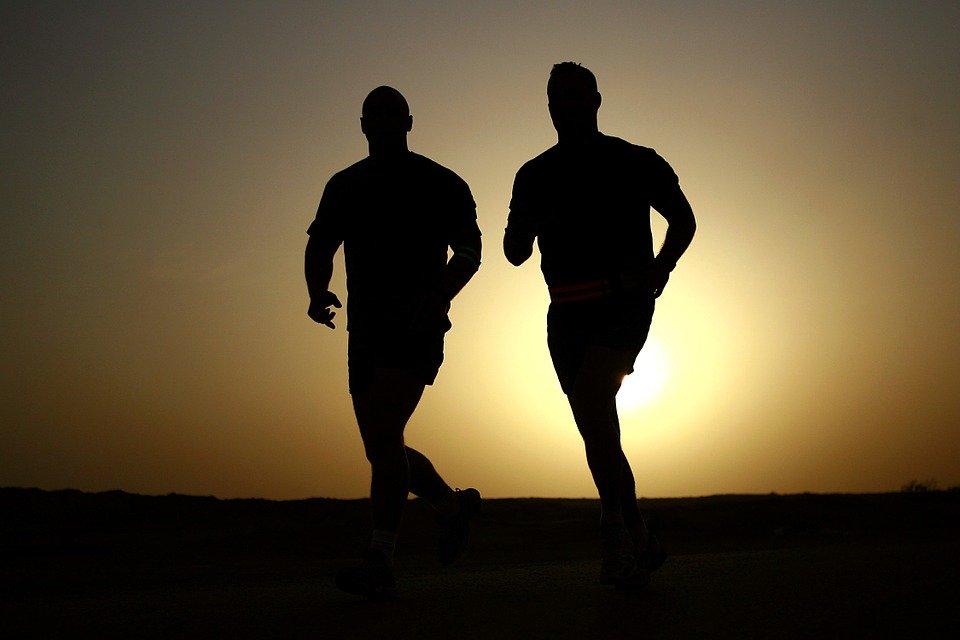 Dvě siluety při běhu.