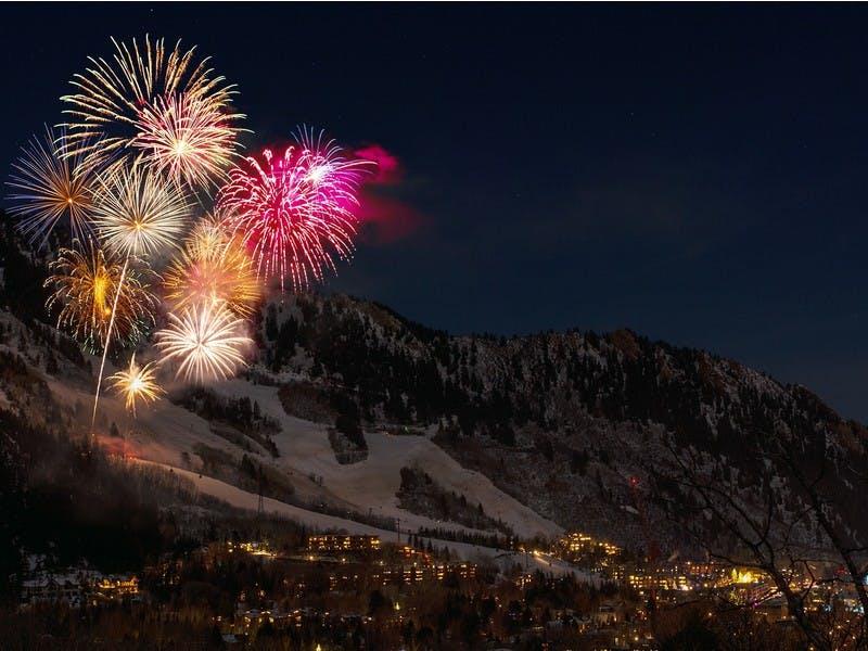 Feuerwerk in den Bergen zu Silvester