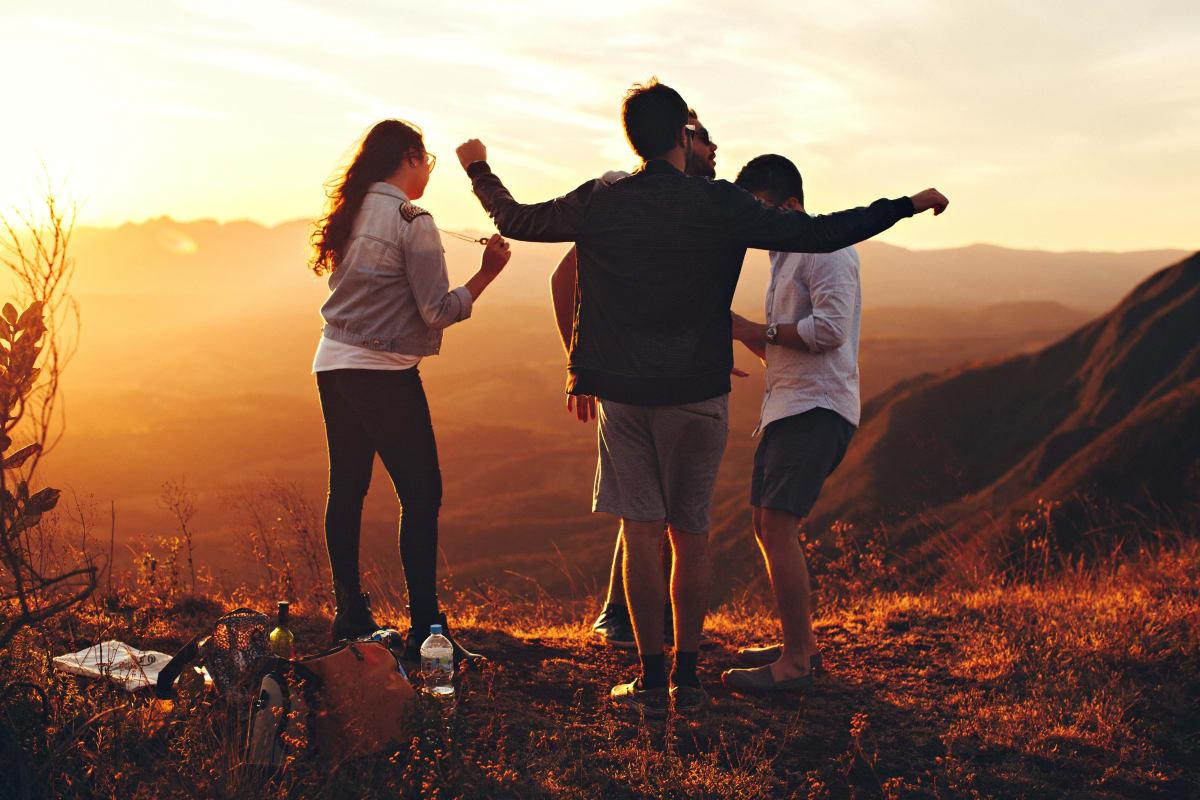 Eine gruppe von menschen die auf einem berg stehen und sich freuen