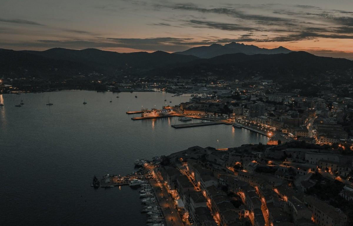 Portoferraio, eine Stadt auf der italienischen Insel Elba, fotografiert aus der Vogelperspektive bei Sonnenuntergang.