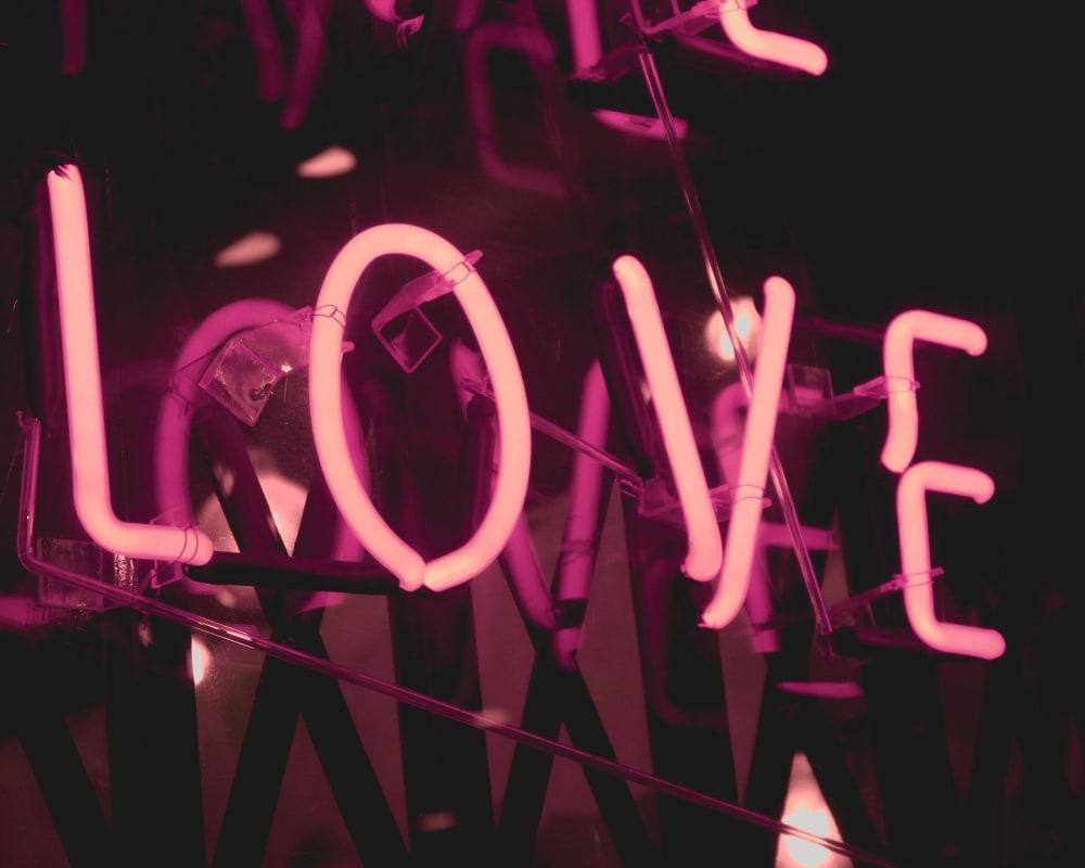 Rosa Neonschild mit dem Wort Love