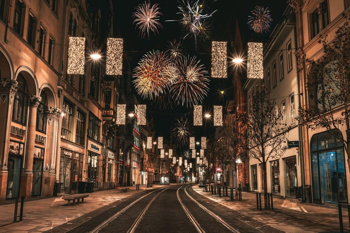 Straße mit Feuerwerk in Bratislava