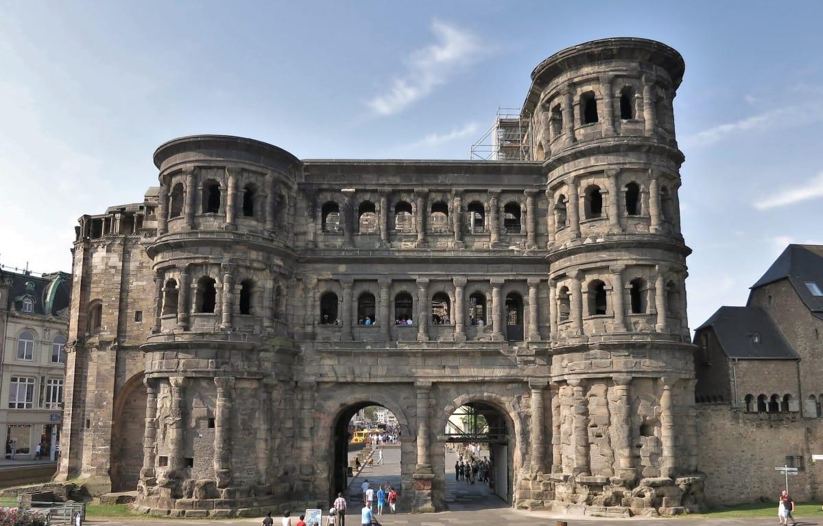 Die Porta Nigra befindet sich in Trier in Rheinland-Pfalz und sieht aus wie aus dem alten Rom.