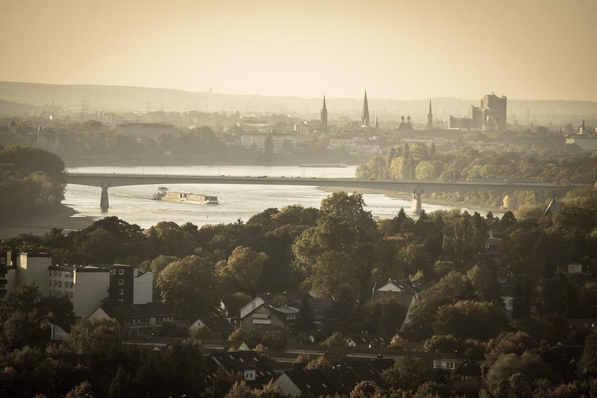 Bonn fotografiert aus der Vogelperspektive mit Blick auf die Stadt und die Rheinbrücke