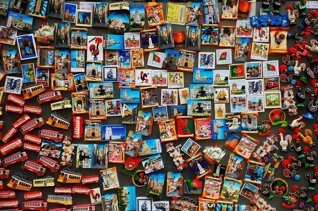 Zahlreiche Souvenir-Magnete von verschiedenen Orten an einer Wand