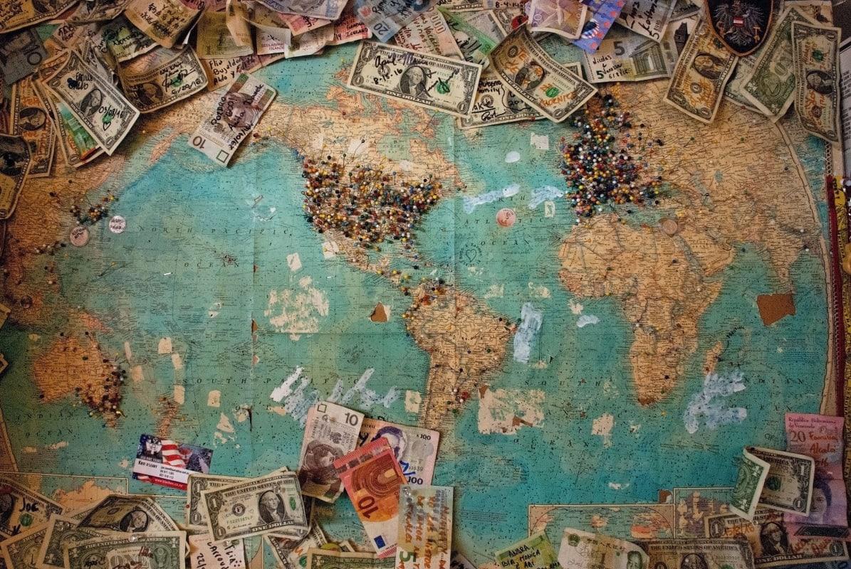 Banknoten an einer Landkarte