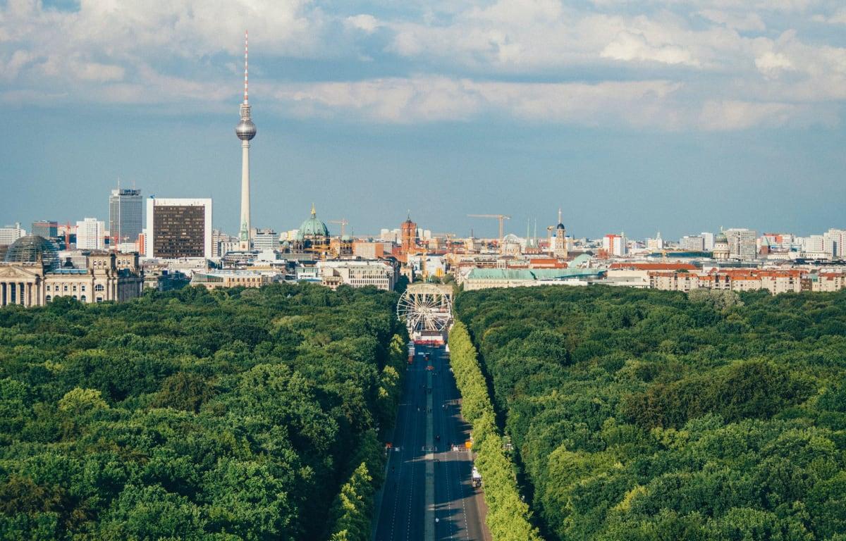 Berlin, die Hauptstadt Deutschlands, fotografiert vom Tiergarten mit Blick auf die Innenstadt