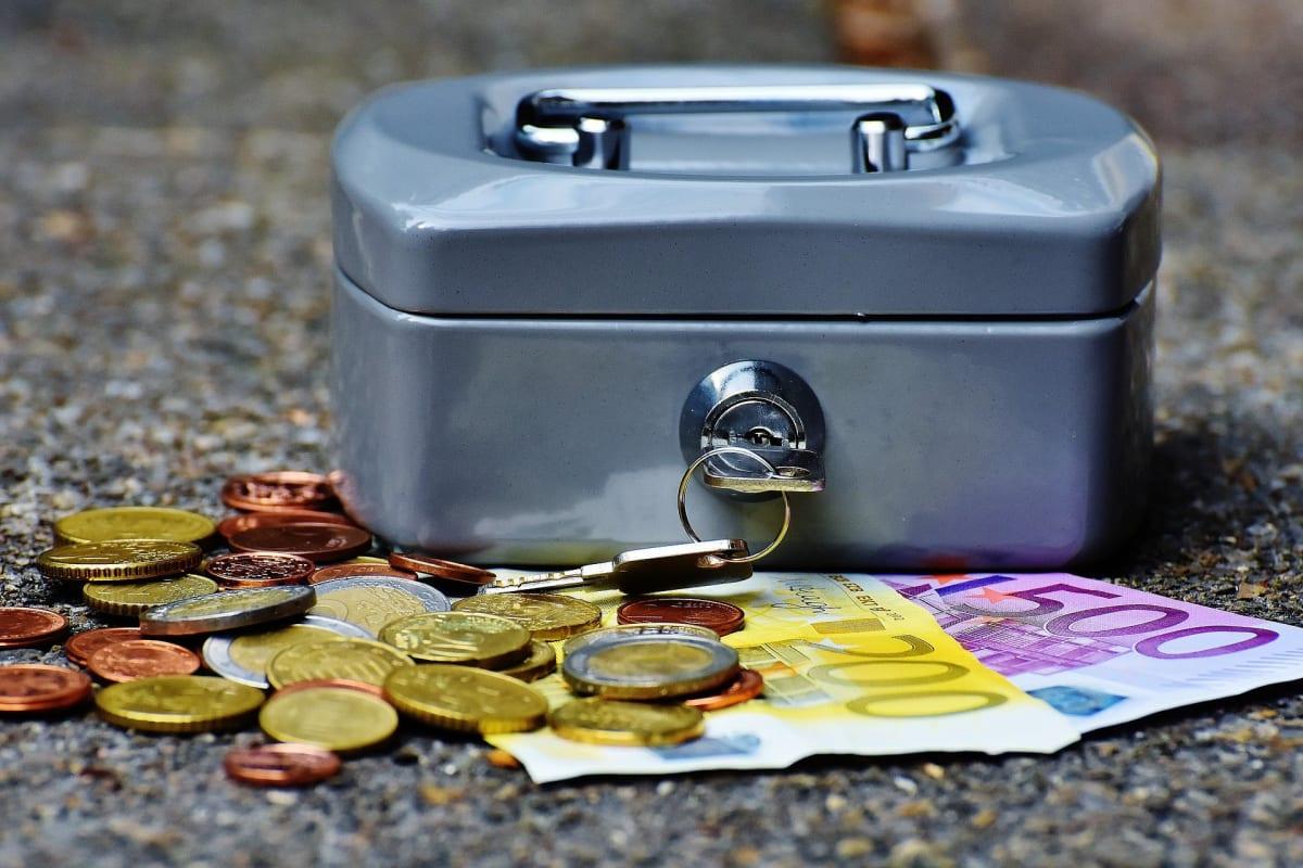 Geldkasse mit scheinen und münzen