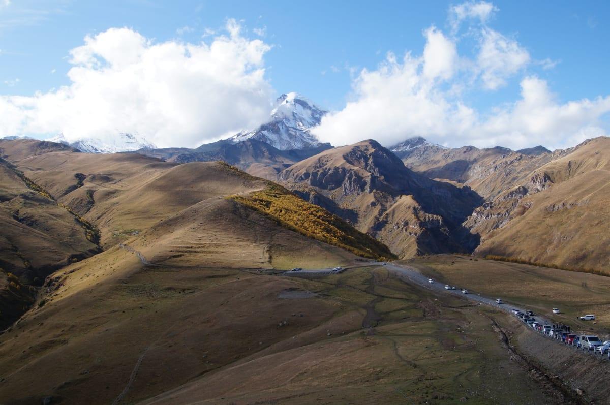 Blick auf den Mount Kazbek von der Trinity Kirche