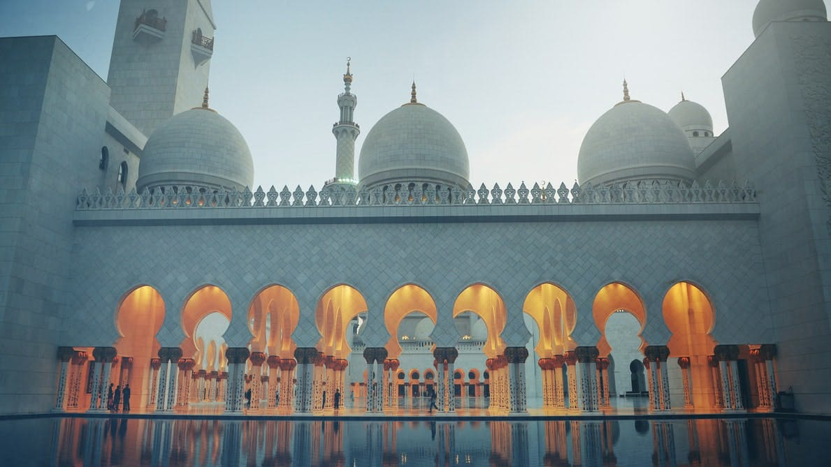 Weiße Scheich-Zayid-Moschee, Durchgänge beleuchtet, in Abu Dhabi