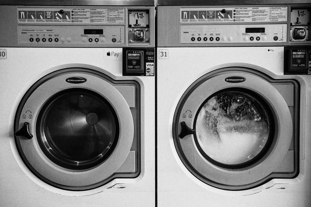 Frontalansicht, links leere Waschmaschine, rechts laufende Waschmaschine