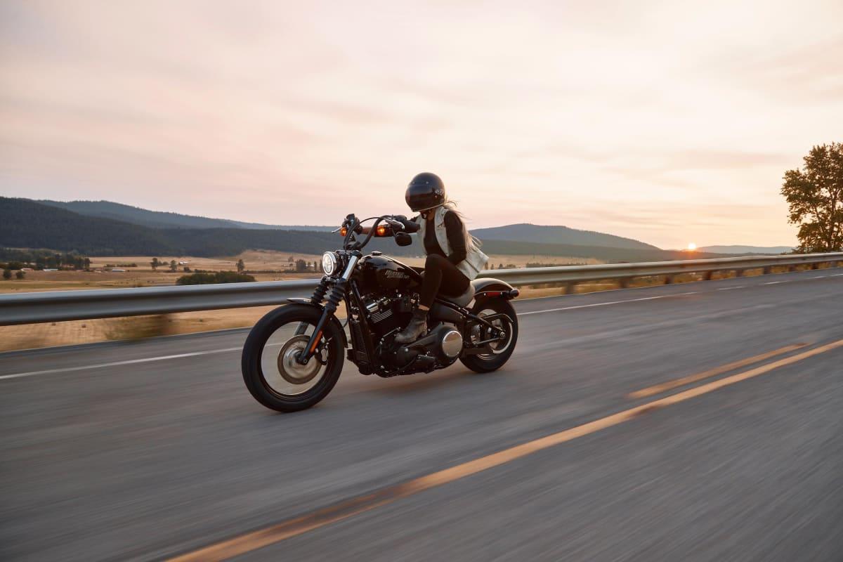 frau fährt auf einem motorrad