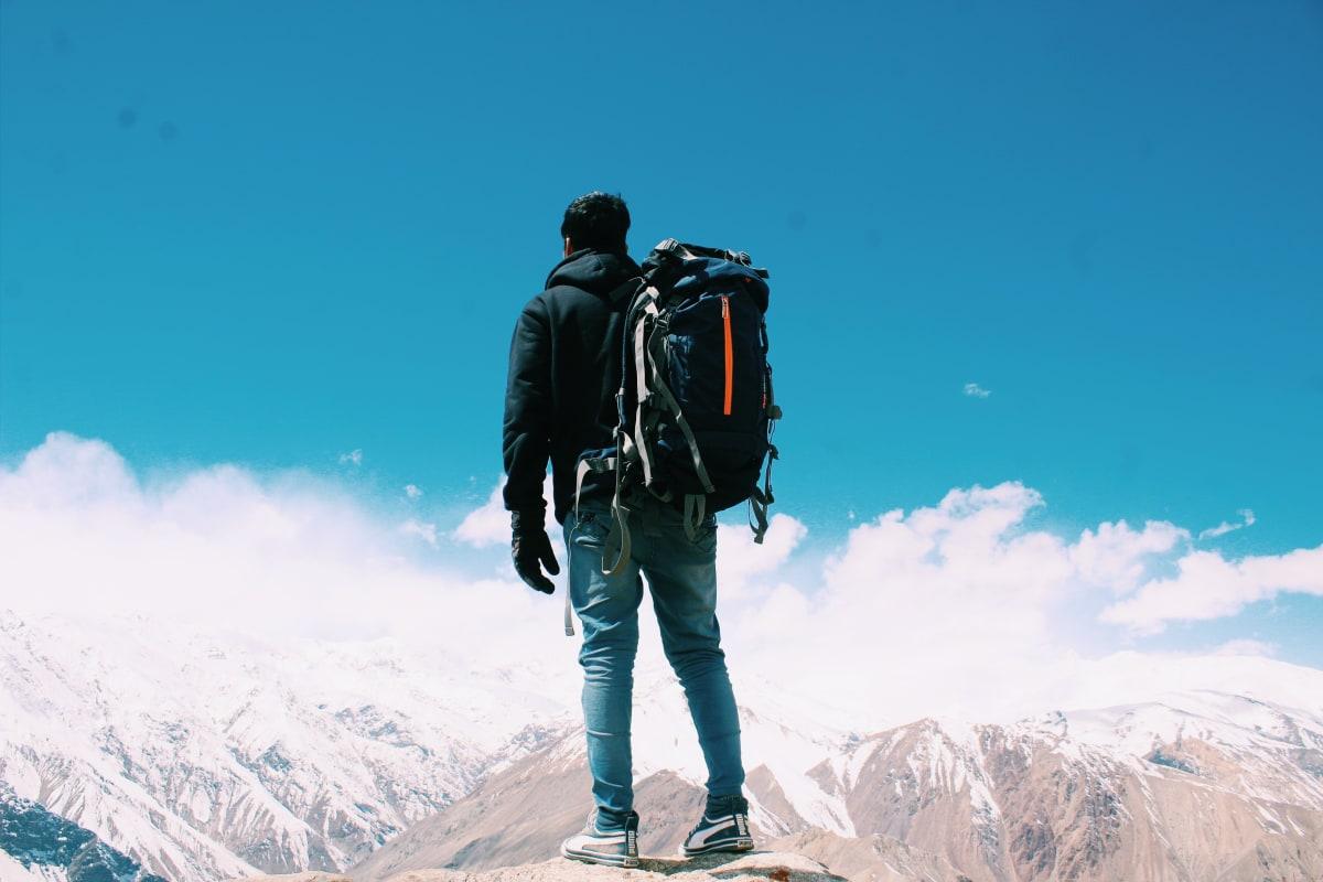 ein mann auf einem berg mit rucksack