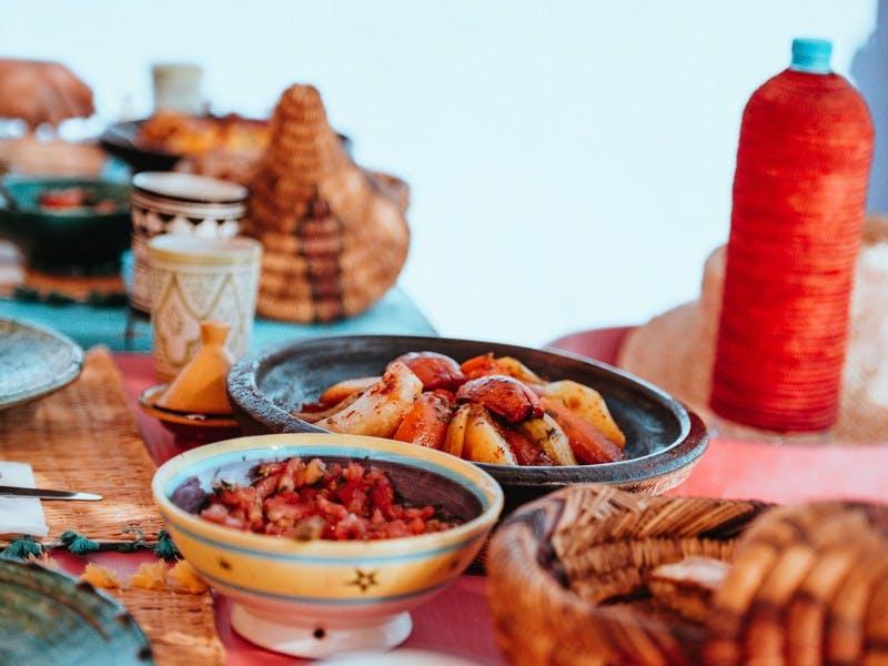 Lokale Speisen auf einem Tisch in bunten Schüsseln