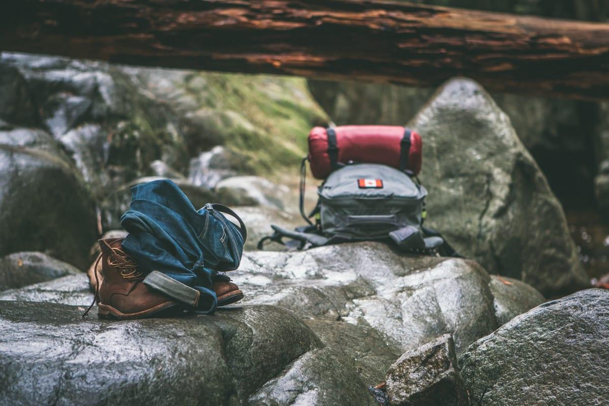 zwei rucksäcke auf steinen
