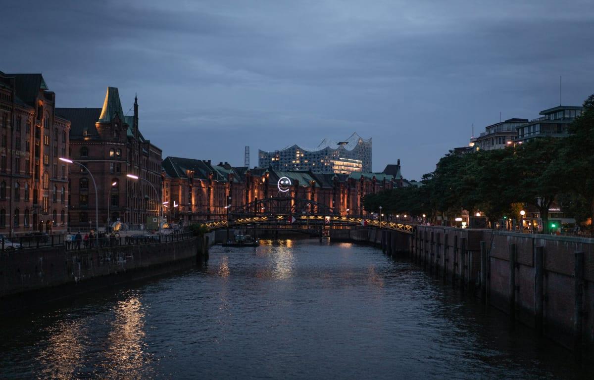 Hamburg, fotografiert am Abend in der Speicherstadt mit Blick auf die Elbphilharmonie auf einer Brücke.