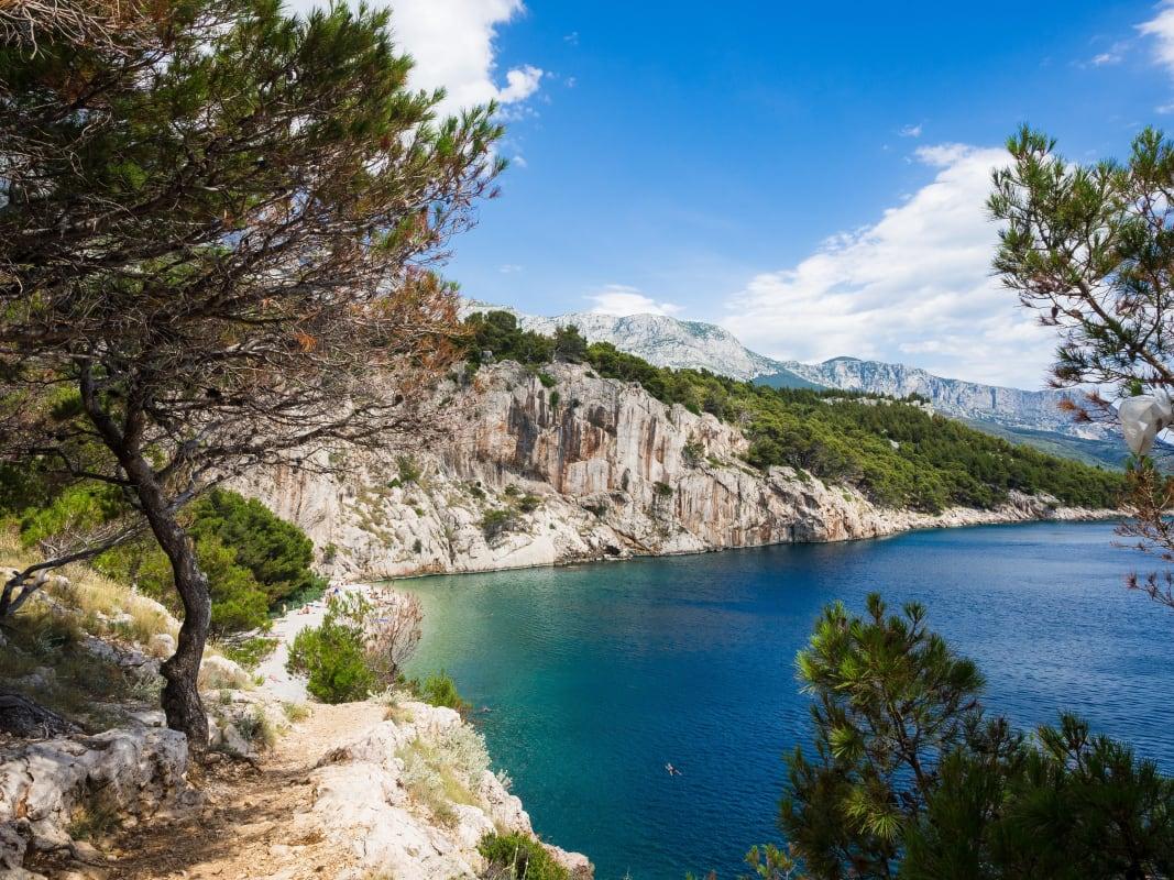 Bucht in der Nähe von Makarska an der Makarska Riviera in Kroatien. Perfekt für ein Schnorchelabenteuer in Europa.