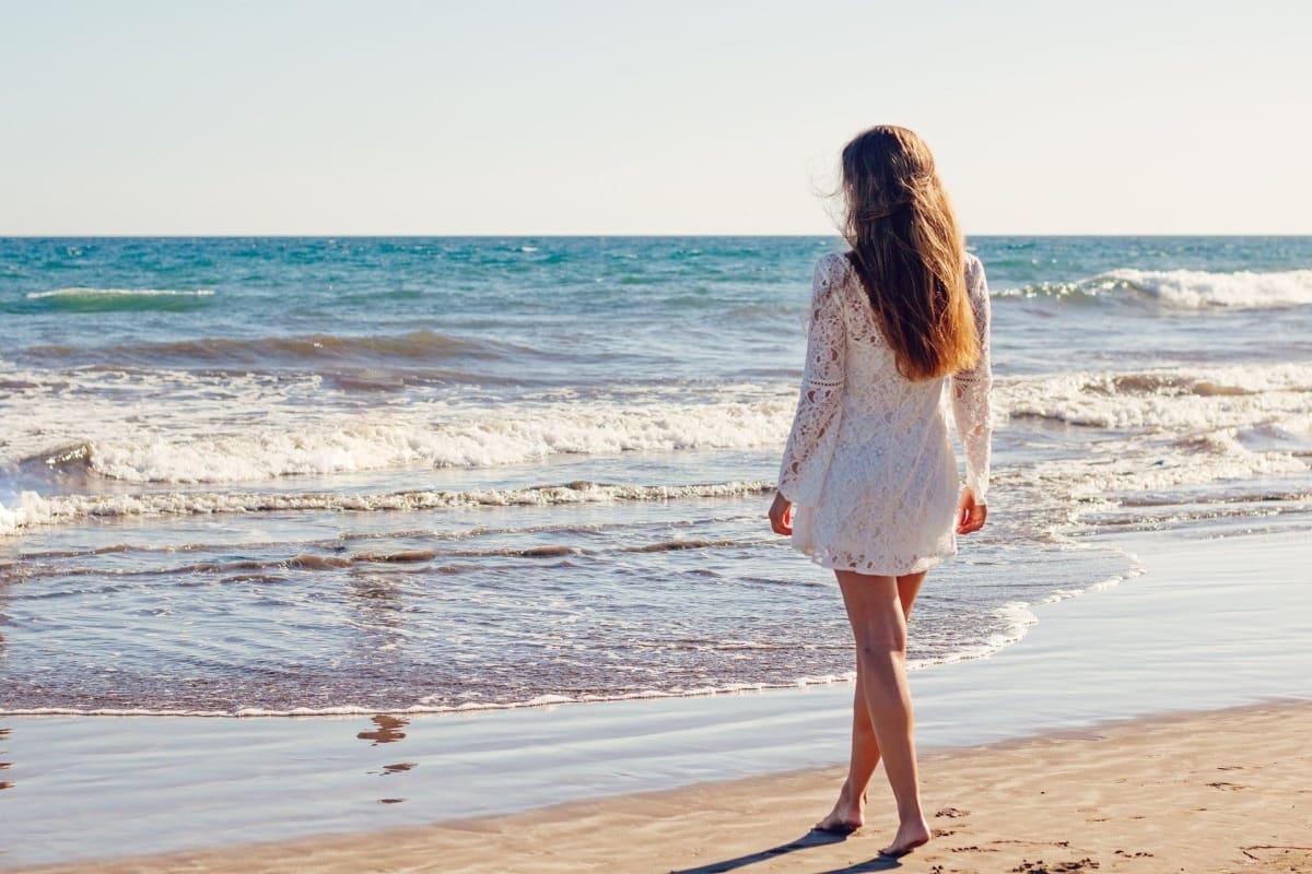 Frau im Weißen Kleid am Strand von Rio de Janeiro zu Silvester