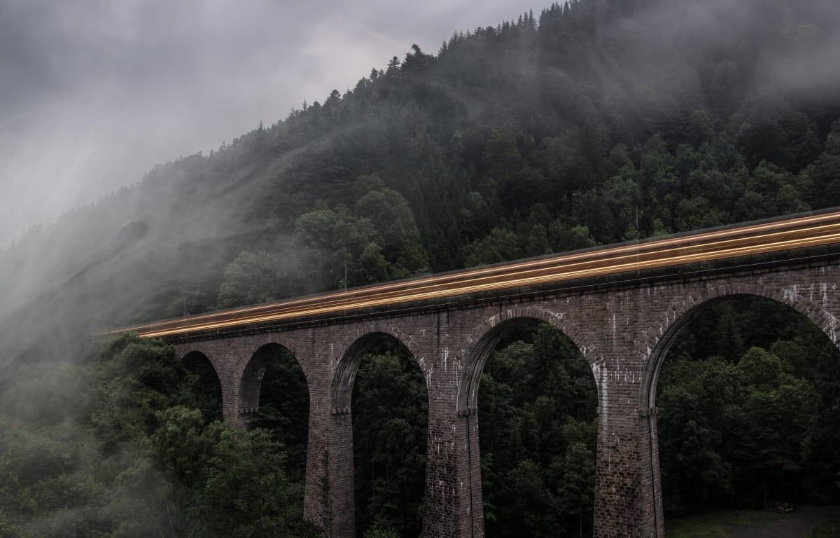 Eine hohe Brücke im Schwarzwald in Baden-Württemberg, bekannt für die Schwarzwaldbahn, gelegen in tiefen Wäldern im Nebel