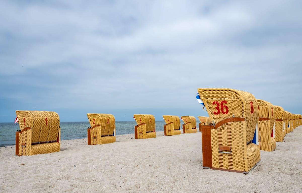 Strandkörbe am Ostseestrand in Schleswig Holstein, optimal für einen Wochenendtrip