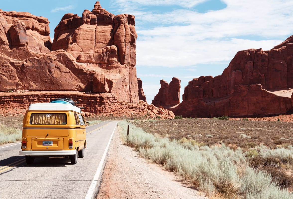 Gelber VW Bus vor roten Bergen in den USA