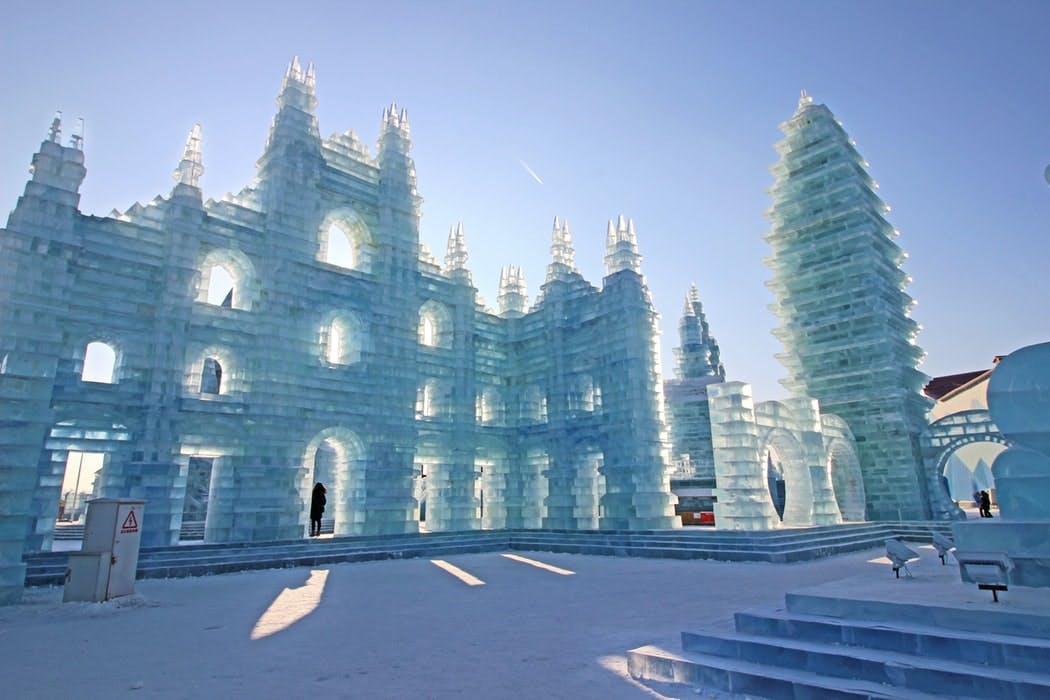 Aus Eis gebaute Festung im Rahmen des Harbin Eisfestival in der gleichnamigen Metropole in China