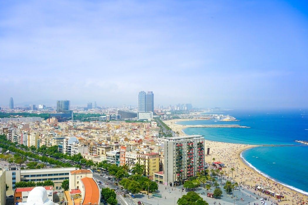 Vogelperspektive von Barcelona mit u.a. hohen Gebäuden und Stadtstrand