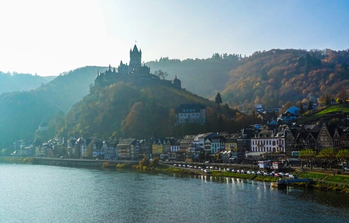 Cochem, eine Stadt in Rheinland-Pfalz unter blauem Himmel. Diese Stadt ist berühmt die Reichsburg Cochem auf einem Hügel mitten in der Stadt. Die Stadt liegt direkt an der Mosel.