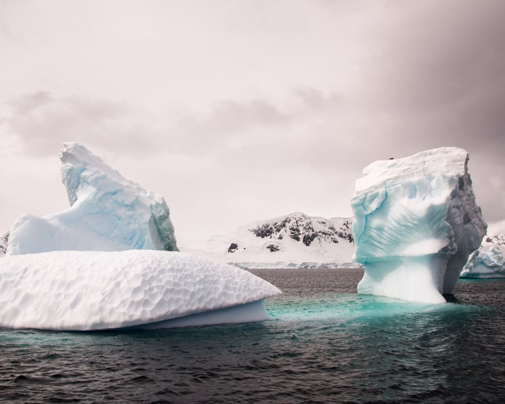 Eisbrocken im Wasser in der Antarktis