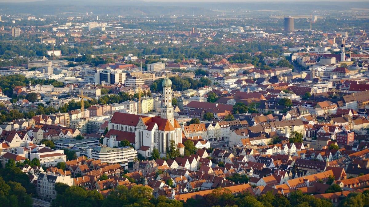Augsburg in Bayern fotografiert aus der Vogelperspektive mit dem Augsburger Dom im Mittelpunkt