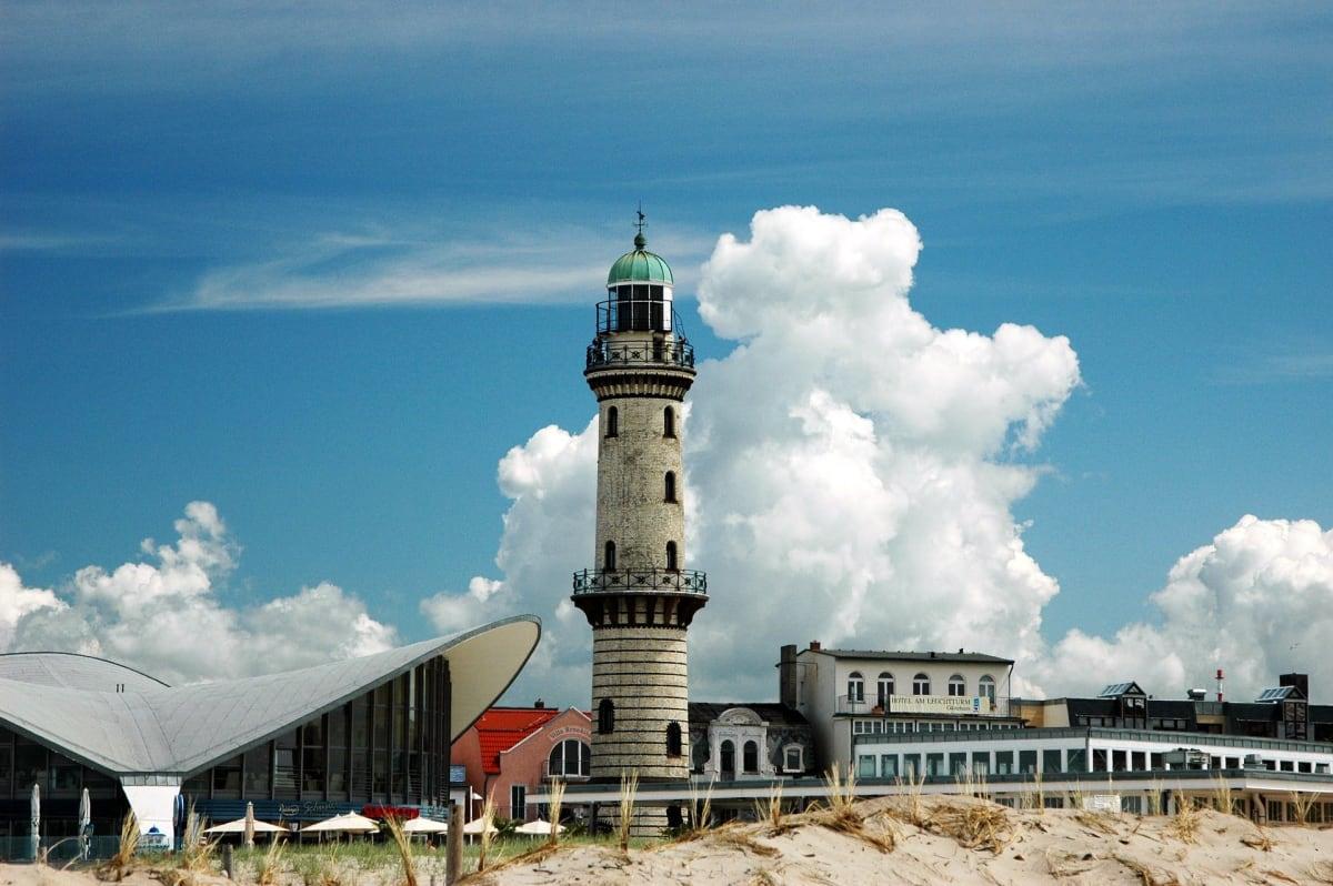 Leuchtturm von Warnemünde in Mecklenburg-Vorpommern mit dem bekannten Restaurant Teepott im Vordergrund