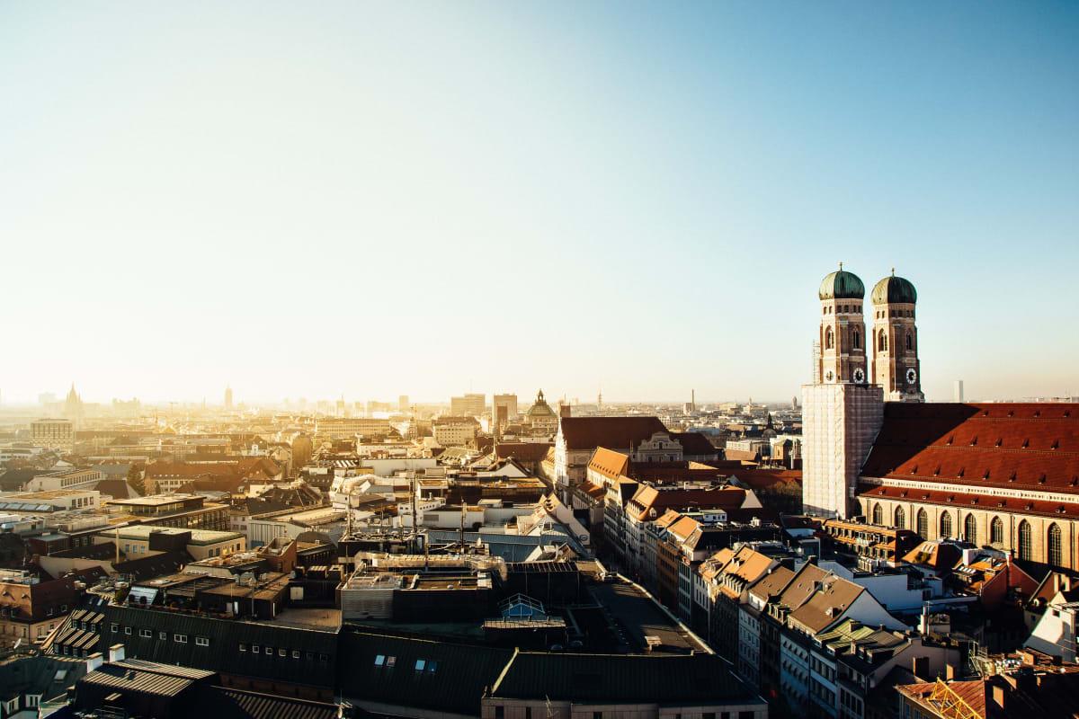 München, die Landeshauptstadt Bayern, fotografiert von der Frauenkirche an einem sonnigen Tag, perfekt für einen Wochenendtrip
