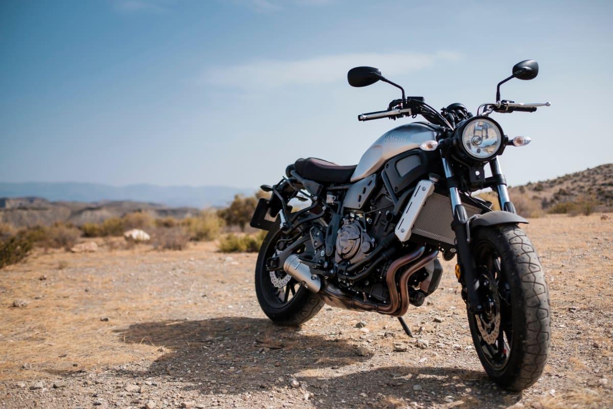 Motorrad auf einem Bergplateau.