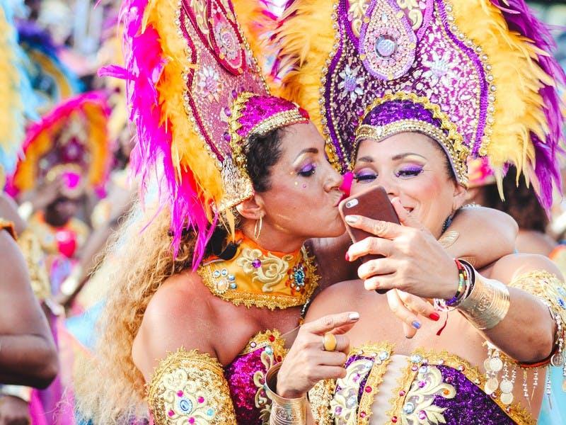 Zwei Frauen in Karnevalsverkleidung in Rio de Janeiro. Der Karneval gehört auf jede Reise Bucket List