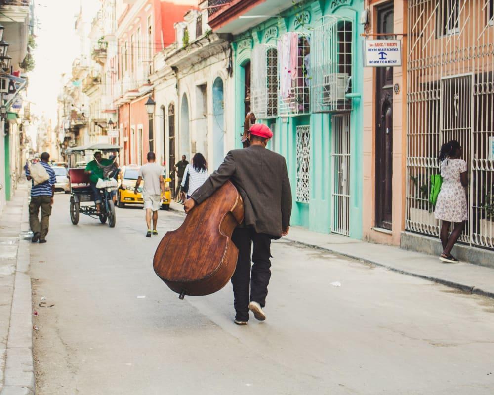 Mann mit einem Cello in den Straßen von Havanna