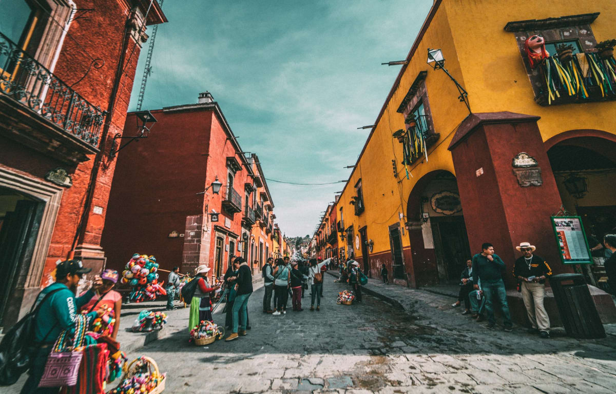 Osterschmuck in San Miguel de Allende in Mexico, which are decorated with colourful garlands