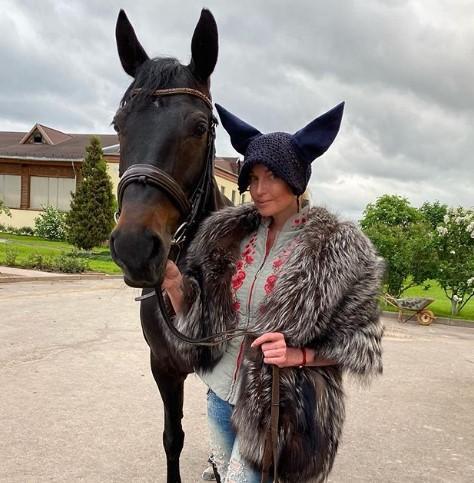 Волочкова отправилась в конюшню и решила, что она лошадь